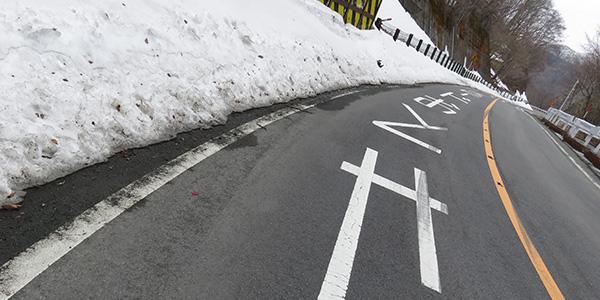 赤城山の路面。雪が少し残っている。